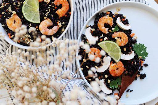 salade de riz noir aux crevettes et petits légumes food recette healthy par le petit monde d'elodie