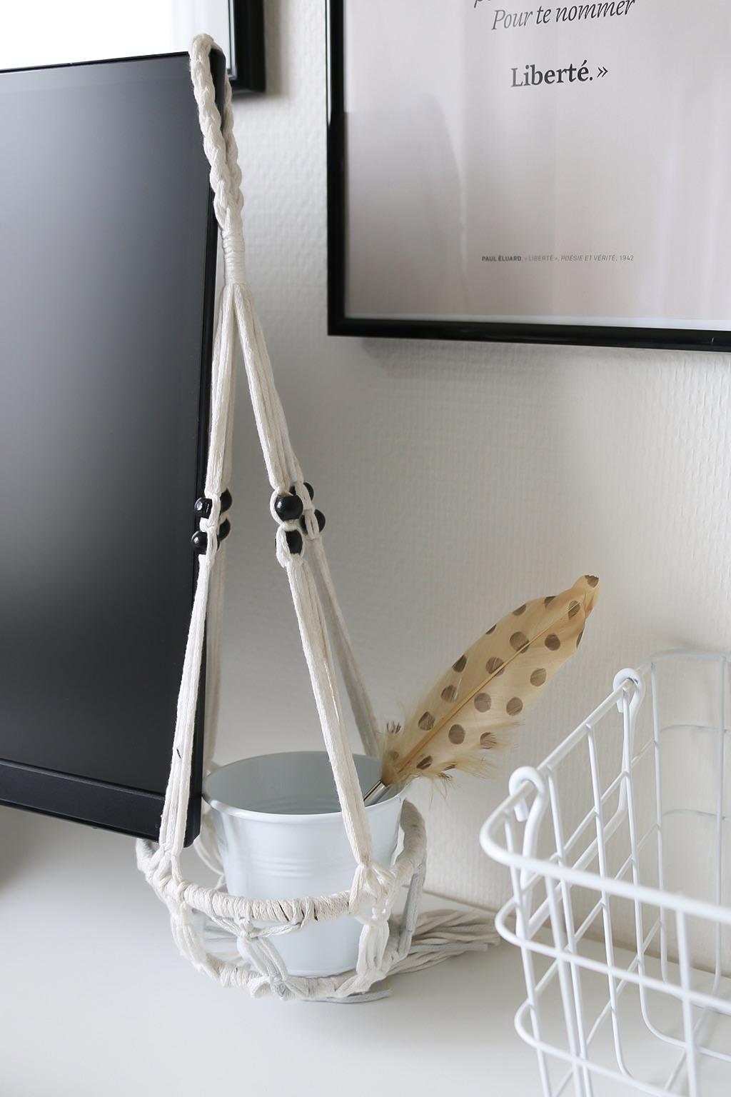 elle se fait baiser dans son bureau. Black Bedroom Furniture Sets. Home Design Ideas