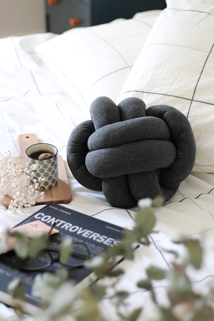 knot pillow diy