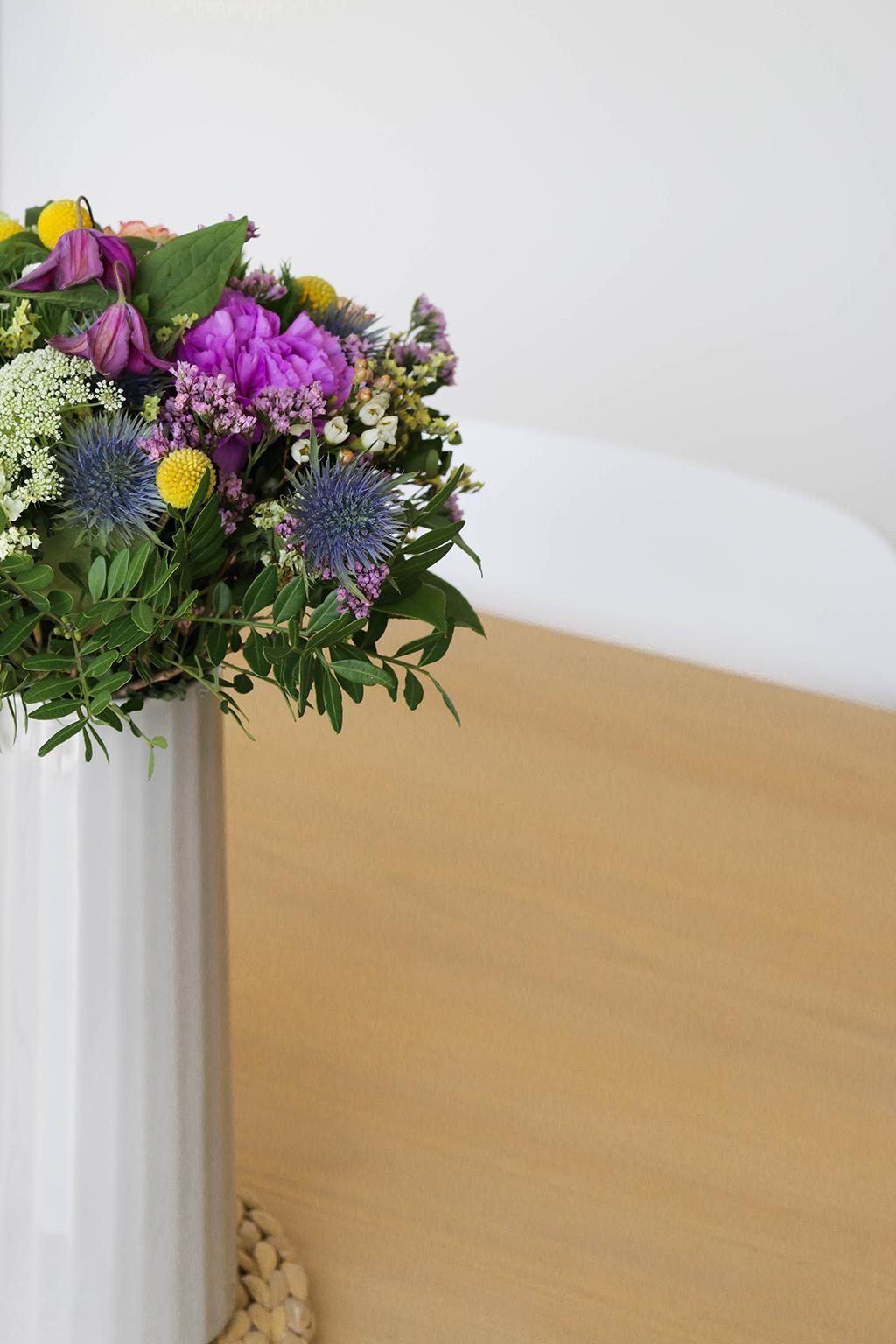 bouquet de fleurs sur une table