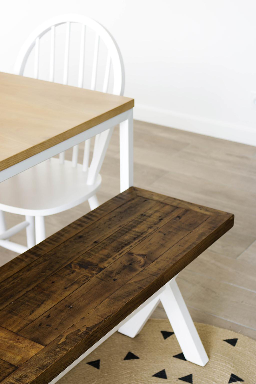 banc autour d'une table