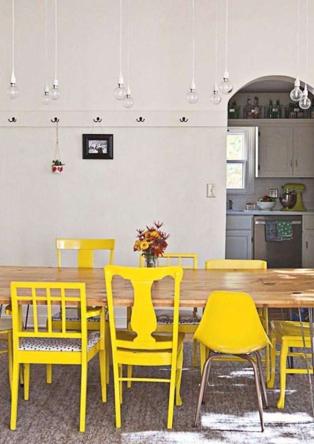 chaises dépareillées en jaune