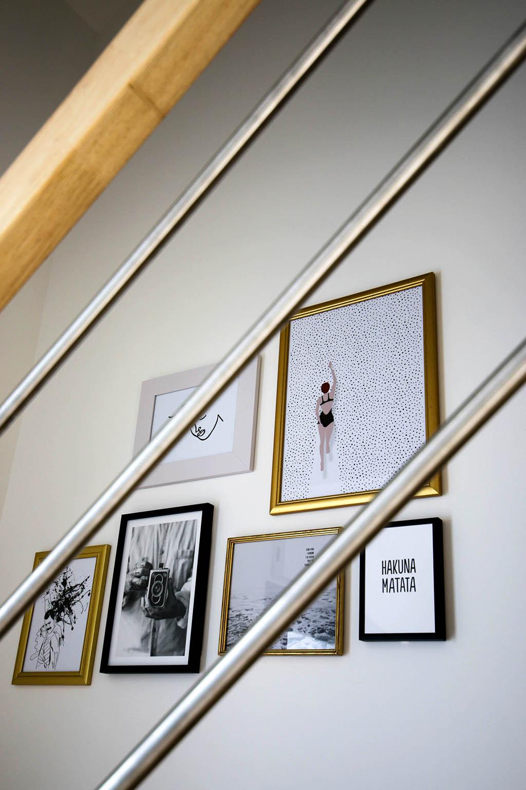 mur de cadres dans un escalier design