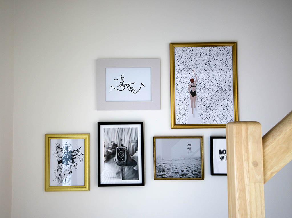 mur de cadres noirs et dorés