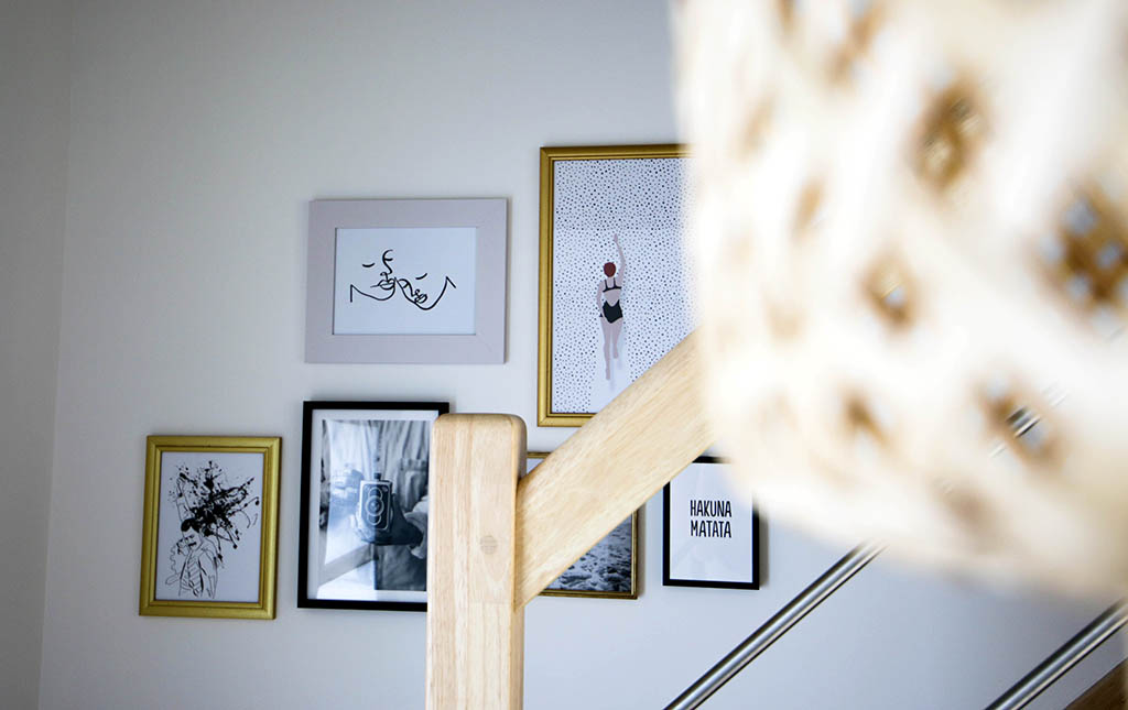 mur de cadres dans un escalier