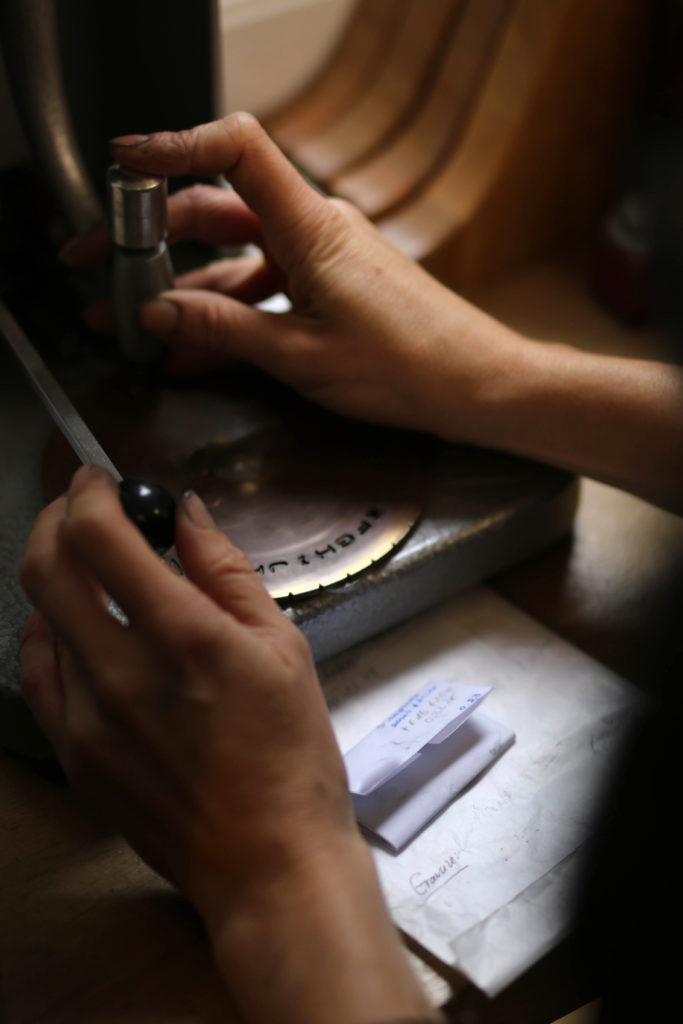 gravure manuelle d'un bijou
