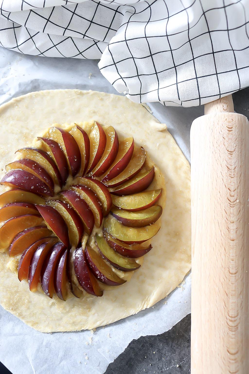 tarte rustique aux prunes et crème d'amande, recette vegan par le petit monde d'elodie