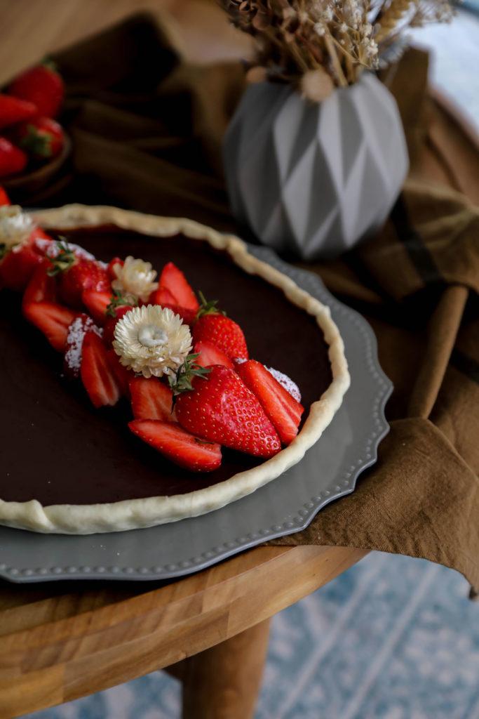 tarte chocolat et fraises de saison